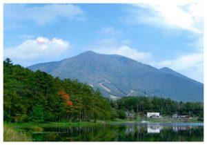大座法師池と飯綱山
