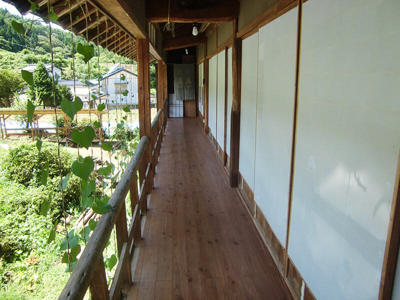 民宿2階の廊下。心地よい風を感じながら、のんびりお昼寝をするお客様も