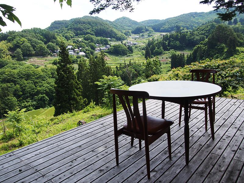 眼下に棚田や里山、集落の営みを感じられるテラス席。ここで食事を召し上がることもできます