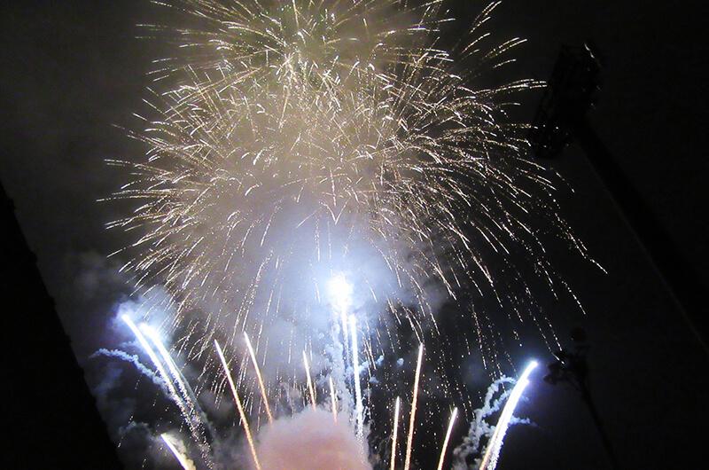 山に囲まれた鬼無里地区。花火の音が反響して、全身で迫力を感じることができる(写真提供:鬼無里地区住民自治協議会)