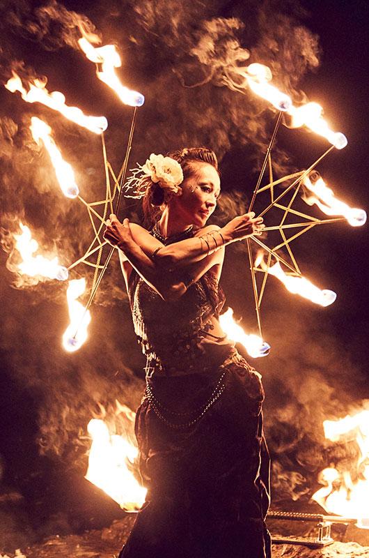 出演者のひとり、全国各地で炎舞のパフォーマンスを披露する酔月