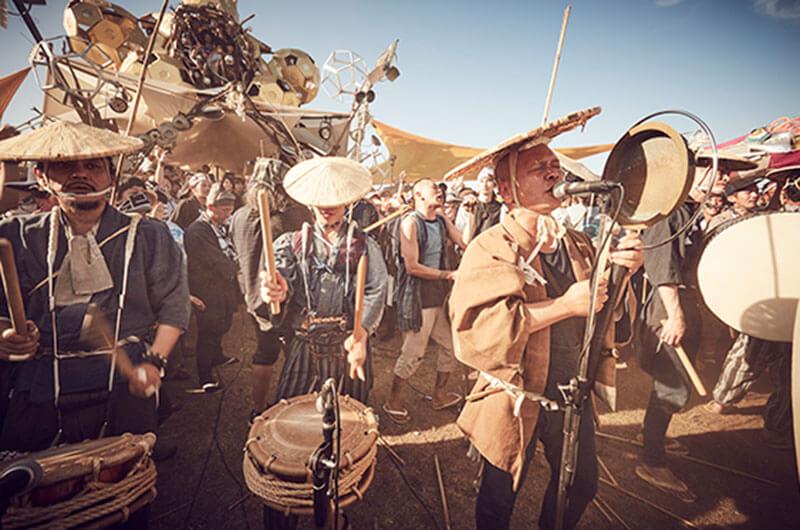 「もののけ祭り」でライブパフォーマンスを披露する「切腹ピストルズ」