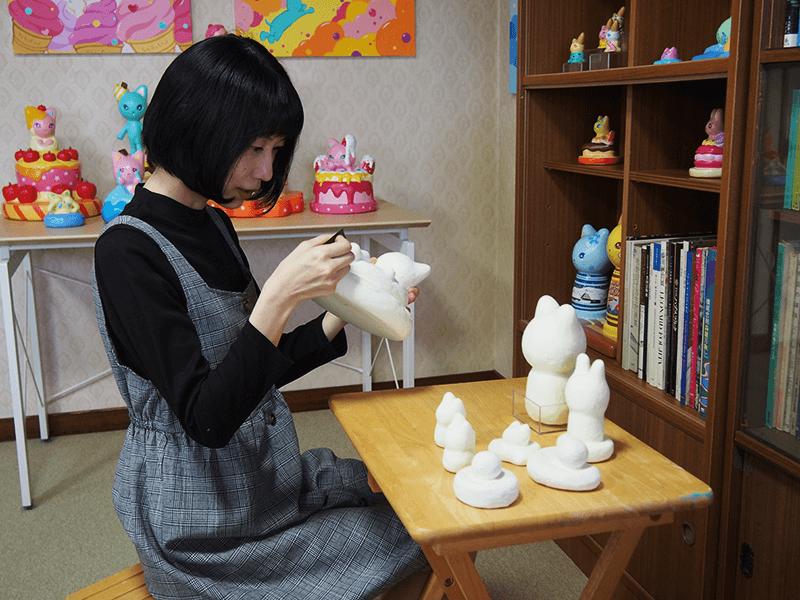 新作の創作活動を行う倉澤さん。工程ごとに全く異なる作業を行うため、複数の作品を同時に作り始めるそう。完成までの期間は3ヶ月ほど