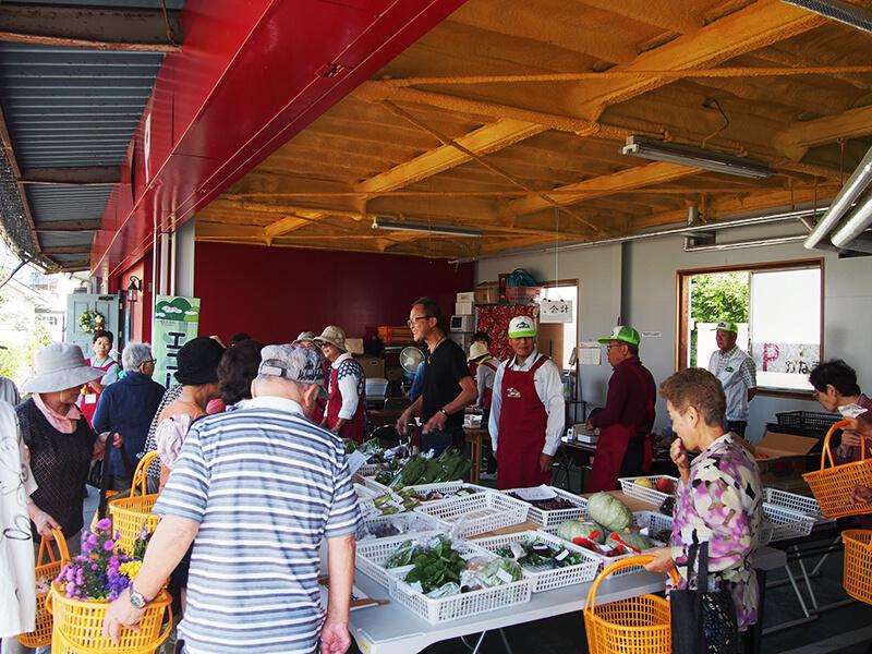 近隣で採れた新鮮野菜を生産者自ら販売。お値打ち品も多く、開店前から行列ができていました。安部さんも接客で応援