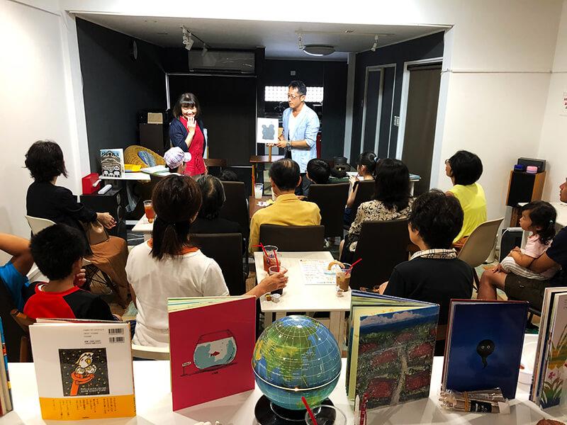塾長の渋谷さんが出演した読み聞かせライブには親子連れが多く参加(写真提供:カワエキテラス)