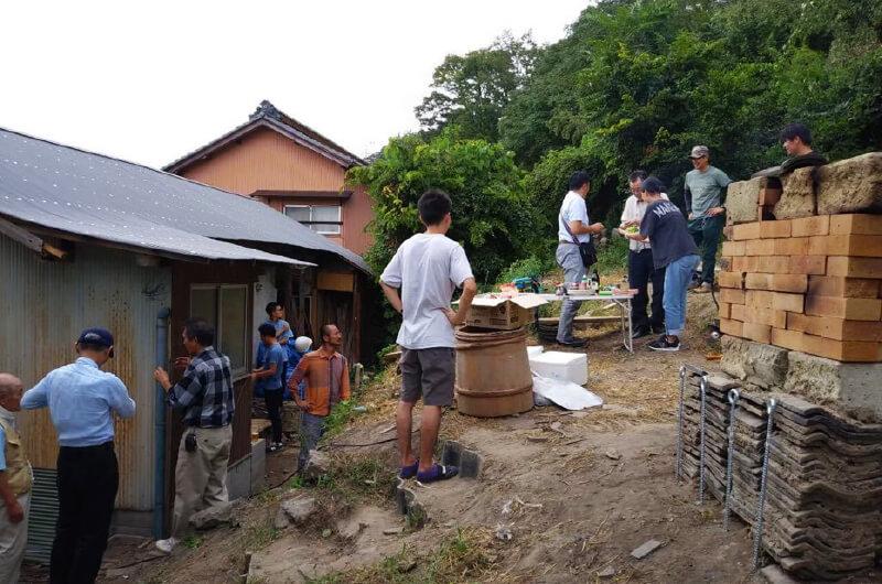 手作り釜で焼いたピザを食べる会のようす。近隣住民や学生の交流が生まれた(写真提供:『まち畑プロジェクト』)