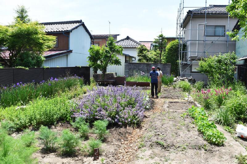 花や野菜が植えられた〈ラ・ランコントル〉裏の〈シェア・ファーム〉(写真提供:『まち畑プロジェクト』)