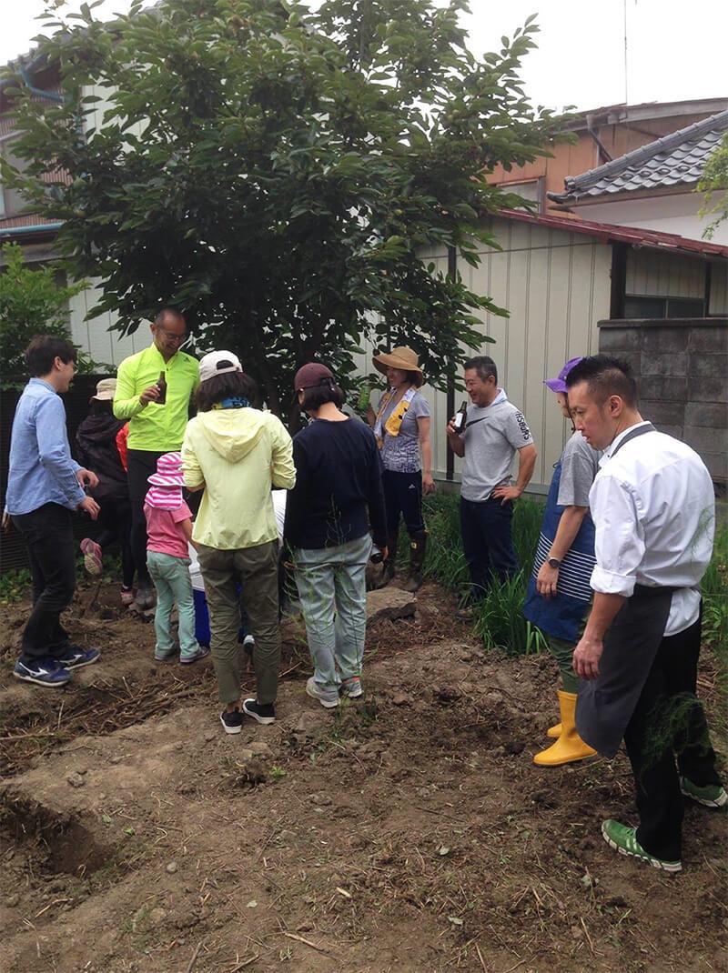 2017年9月。ワークショップを開き、学生や有志、〈ラ・ランコントル〉のオーナー・瀬下努さんや地域住民が農園として開墾をしていった(写真提供:『まち畑プロジェクト』)