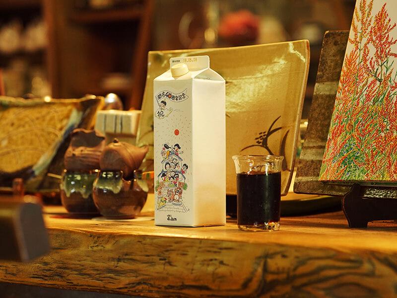 信濃毎日新聞夕刊の4コマ漫画「ズクたん」の作者としても知られる西沢さんのイラストが目を引く紙パック。こちらのコーヒーも「ヤマとカワ珈琲店」と協力して完成したもの