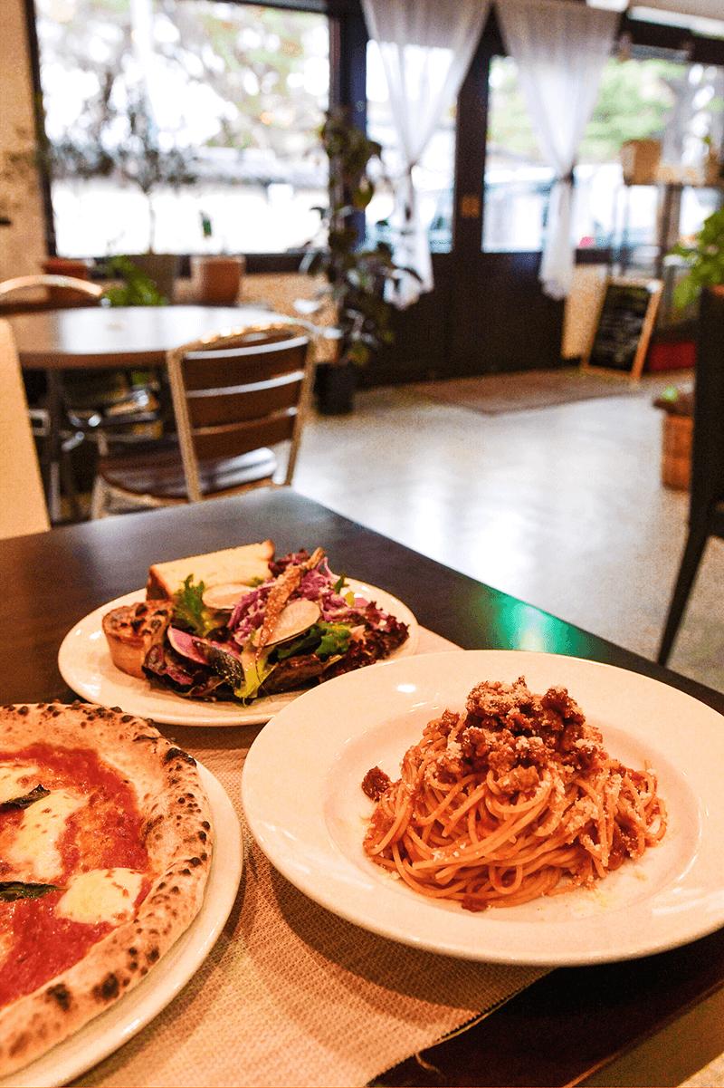 ランチ・ディナーともに、ボリューム満点のパスタやピザを提供。
