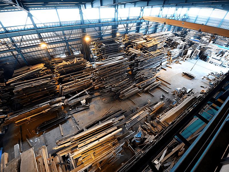 大町市にある広大な倉庫兼工場で施主の要望に応じて最適な古木™を手配。設計通り組み上げるシミュレーションも実施することでトラブルを最小限に抑えている