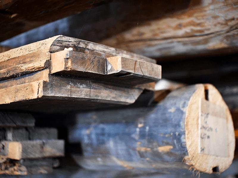 釘を使わずに組み上げた古民家の梁や柱には、継手や仕口など職人による手刻みの痕が残っている