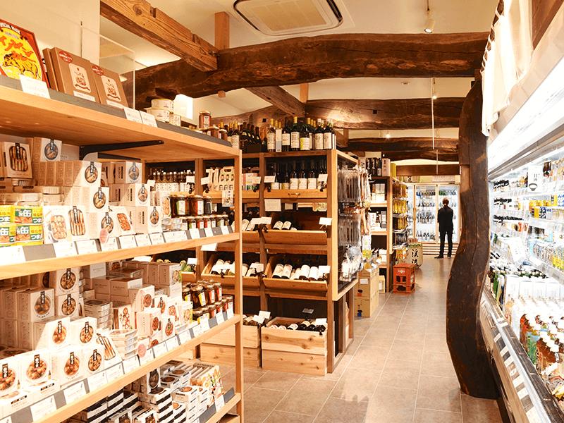 樹種や部位ごとの特徴を生かした加工が施された古木™は、昔ながらの木組みの手法により新たな空間の建材や内装材として組み立てられる。こちらは長野駅ステーションビル・MIDORI 長野にあるお土産店「信州くらうど」