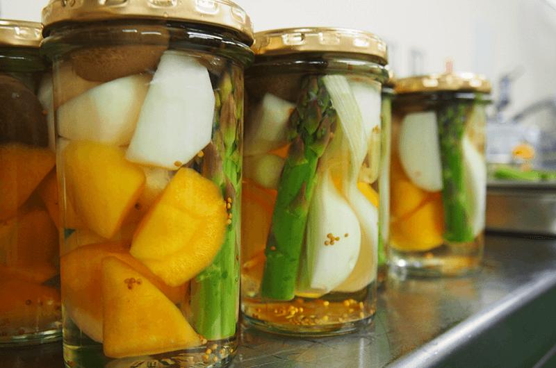 旬の春野菜を詰め込んだ『信州野菜ミックスピクルス』。今季の主役は飯山産グリーンアスパラ