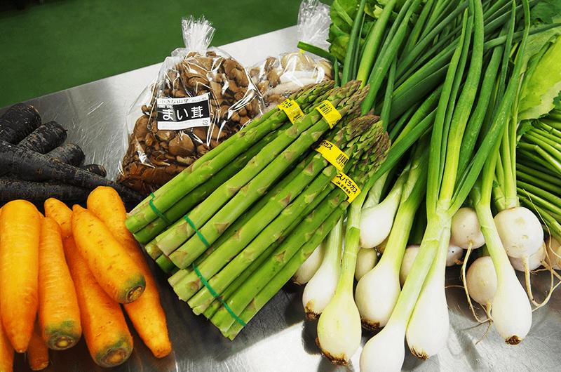 野菜ソムリエの資格を持つ北村さんが選んだ素材。この日は紫ニンジンやあやめ雪かぶ、有機栽培の葉タマネギなどを使って。「タマネギを入れると出汁(だし)が出てなんでもおいしくしてくれるんです」と北村さん