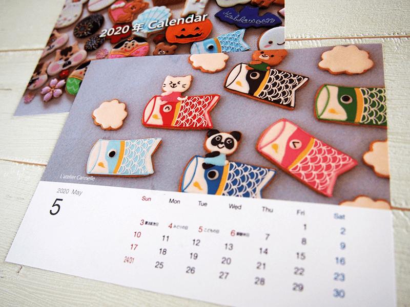 大好評を博した「オリジナルカレンダー」。県内で活躍するアイシングクッキー講師が一丸となり制作。各月ごとに個性的な作品が並ぶ。平塚さんは5月を担当