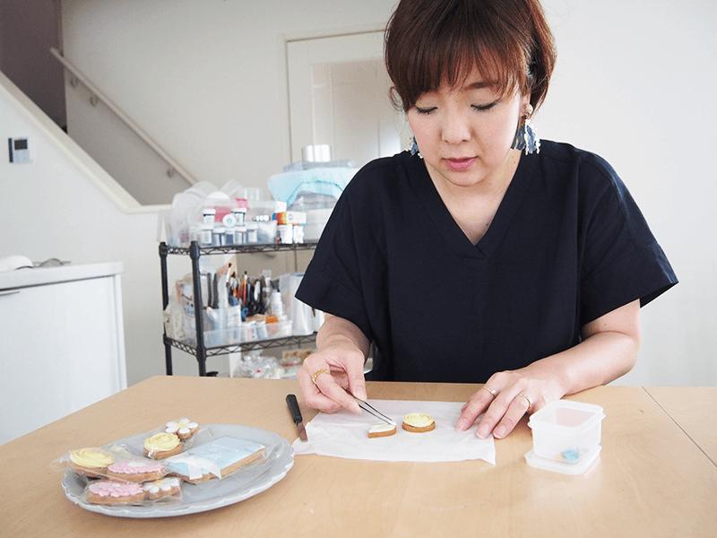 ピンセットなどを用いて繊細な作品をつくる『アイシングクッキー』。