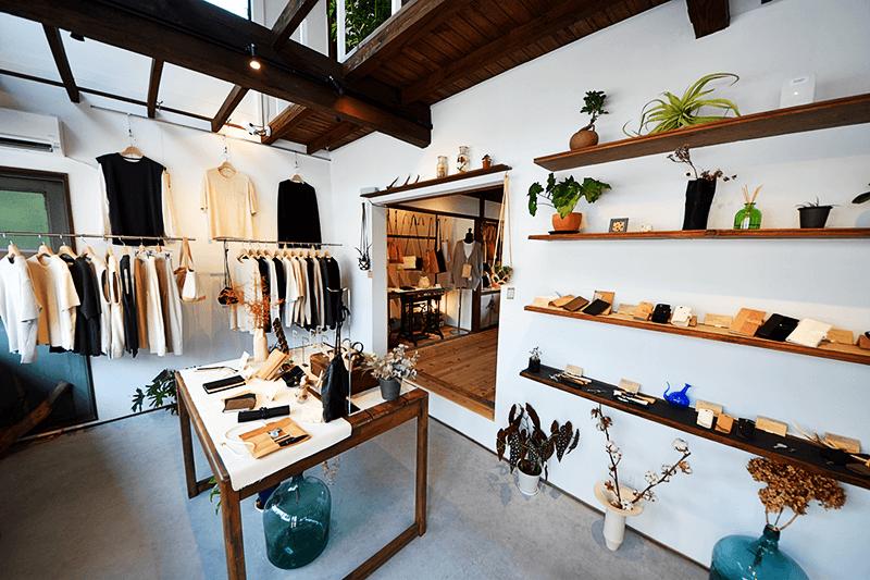 レザーアイテムは自社で企画・製造。洋服などのアパレル商品はデザインを企画し、縫製・加工は熟練した職人が働く日本国内の提携工場で行っている