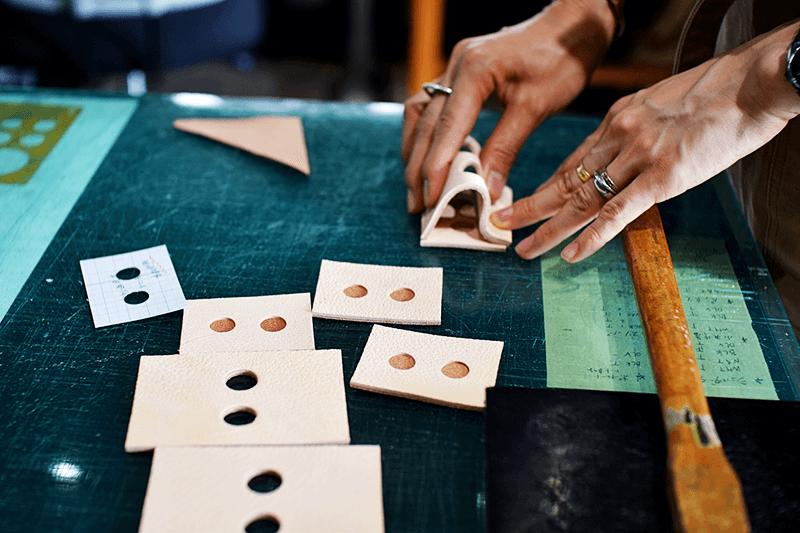 そのため、「lnswirl」では1枚の革から製品のパーツを細かく取り、無駄なく革を使うことで全体のコストをおさえています。