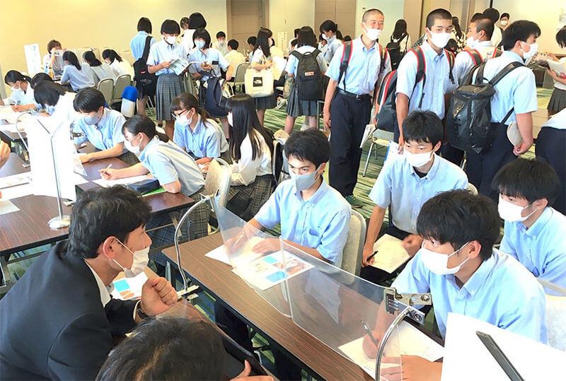 高校生と企業とのコミュニケーション展の様子