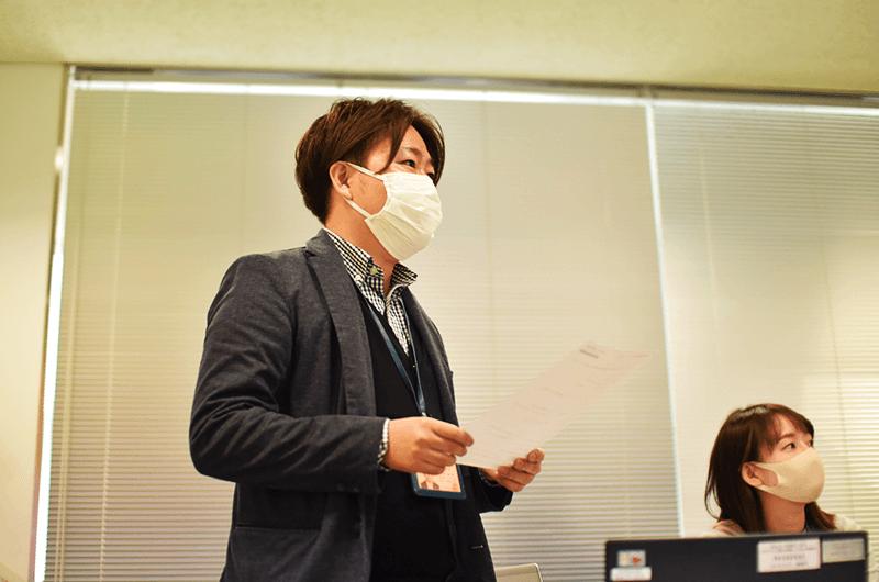 ロゴマーク制作にあたり、大学とのやりとりを重ねたプロジェクトリーダーの企画編成部・西村龍貴さん