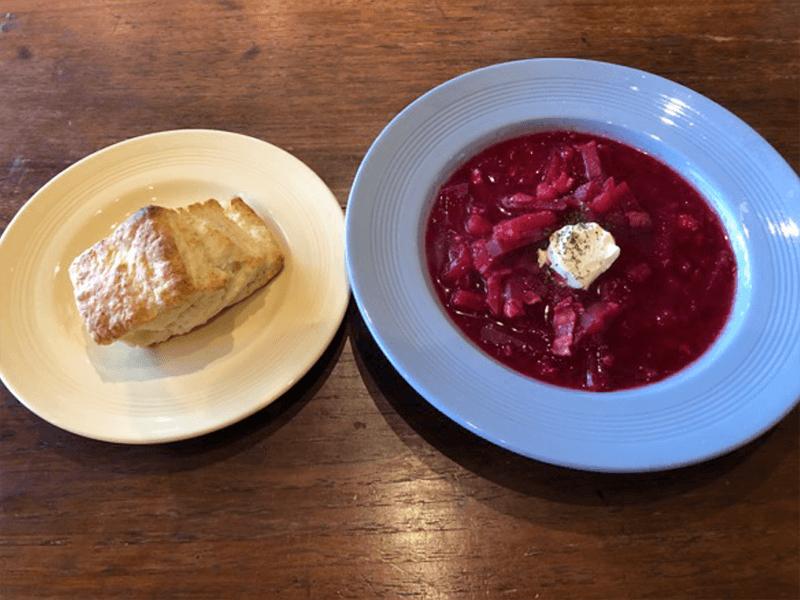 冬の定番メニュー、根菜のビーツを使った真っ赤なスープのボルシチと陽だまり色のスコーン