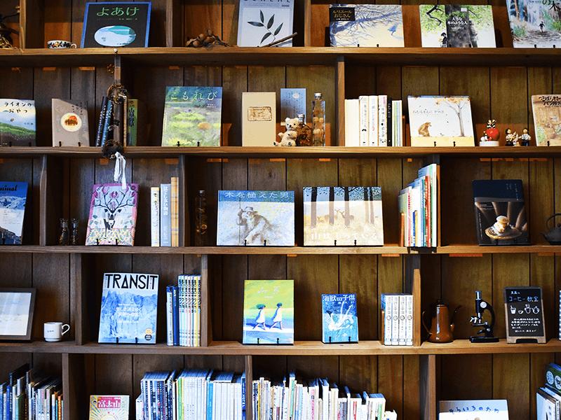 壁一面に広がる大きな本棚にはふたりがセレクトした本や香里さんが昔から親しんできた児童書が並び、そのラインアップからも人柄が伝わってくるよう