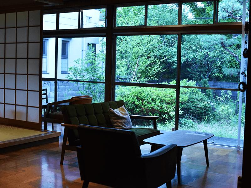 庭に面した大開口窓のある居間を客室に