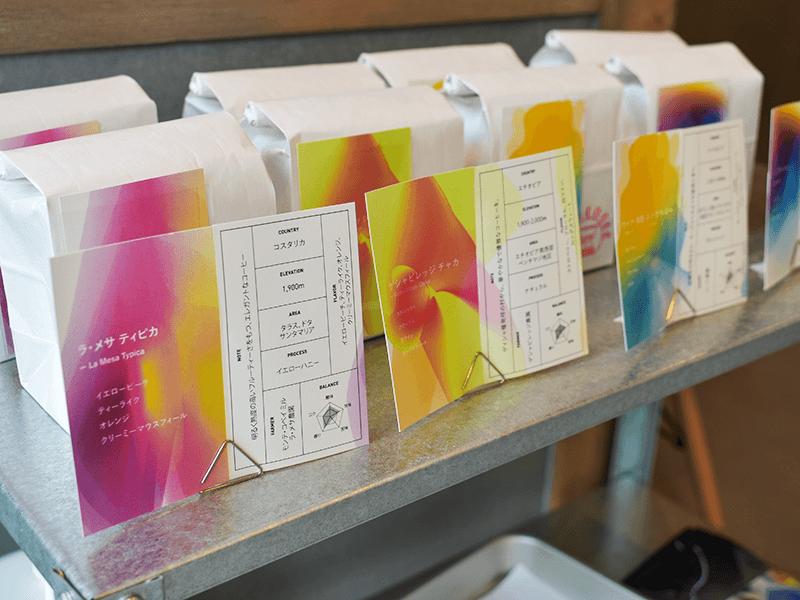 店頭には常時5種類程度のコーヒー豆が並んでおり、お好みの一杯を選んでイートインスペースやテイクアウトで飲むことができる。もちろん豆の状態での購入も可能