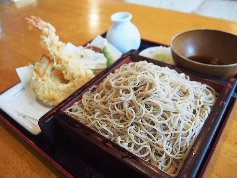 揚げたての野菜天ぷらがおいしい、人気の「天もり」(税別1,250円)