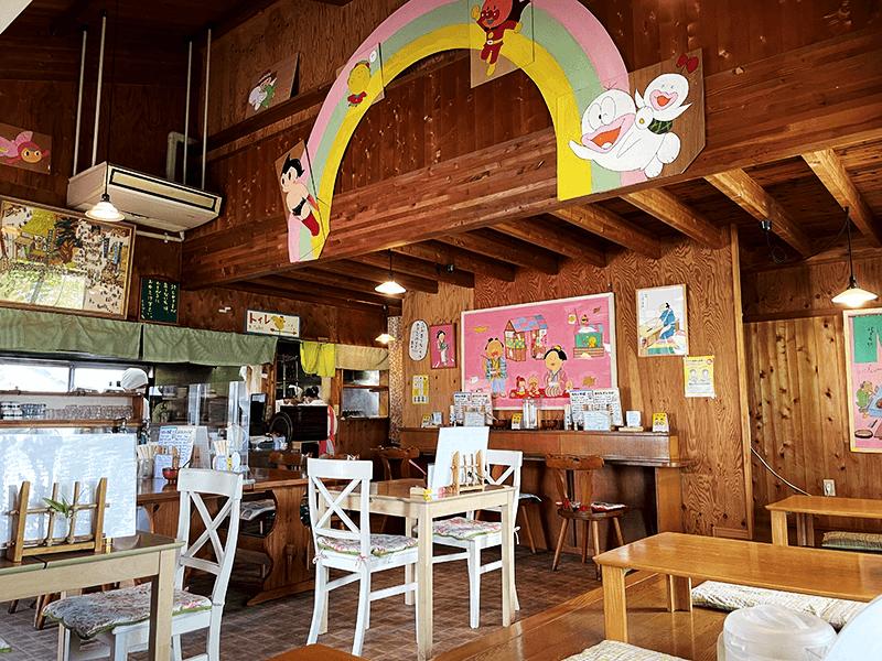 山小屋のような雰囲気で、子どもからお年寄りまでくつろげる店内